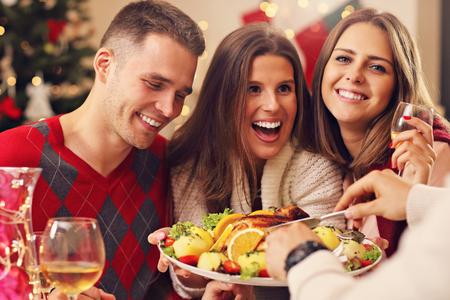 집에서 크리스마스를 축 하 친구의 사진 보여주는 그룹