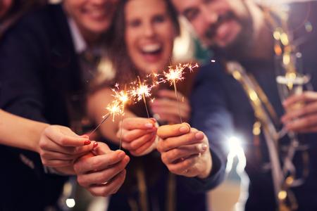 Imagen que muestra un grupo de amigos que se divierten con luces de bengala Foto de archivo - 65641185