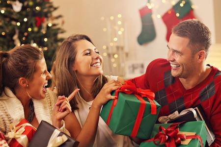 Bild zeigt eine Gruppe von Freunden Weihnachten zu Hause feiern Standard-Bild - 65641069