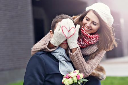 도시에서 데이트 꽃과 젊은 부부를 보여주는 사진