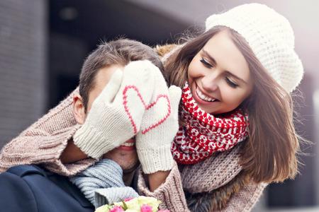 sorpresa: Imagen que muestra pareja joven con flores contactos en la ciudad Foto de archivo