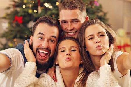 크리스마스 동안 셀카 복용 친구의 그룹을 보여주는 그림