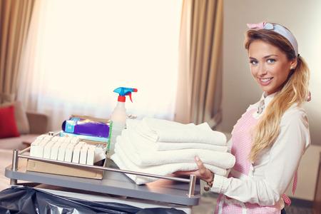 toallas: Imagen de dama con toallas frescas en la habitación de hotel