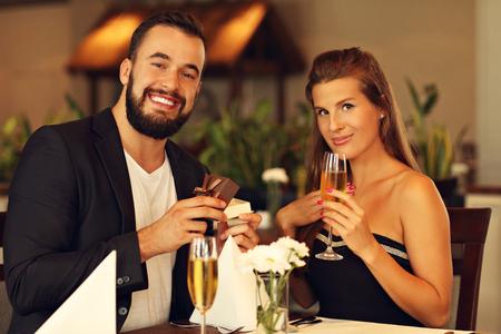 parejas amor: Imagen que muestra el hombre joven que propone a la mujer hermosa