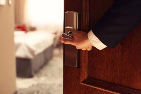 사업가 개방 호텔 객실의 그림 보여주는 손