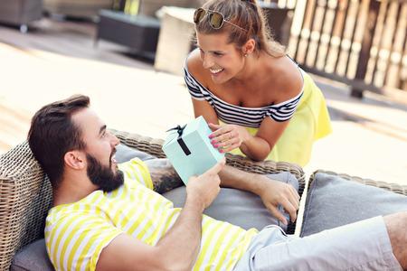 mujeres felices: Imagen que muestra la feliz pareja con el presente sesión al aire libre