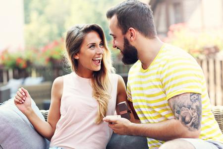 verlobung: Bild zeigt junge Mann an der schönen Frau schlägt im Freien
