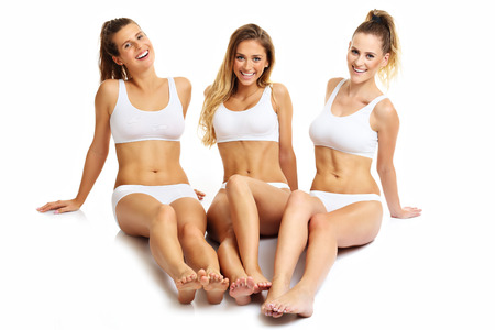 Gruppo di amici felici in biancheria intima su sfondo bianco