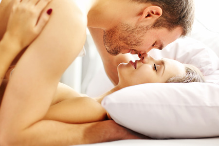 nackter junge: Picture of young couple kissing in bed