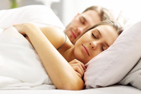 gente durmiendo: Cuadro de la joven pareja durmiendo en la cama