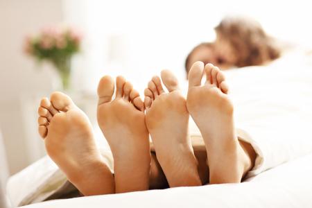 Foto toont gelukkig paar rusten in de slaapkamer