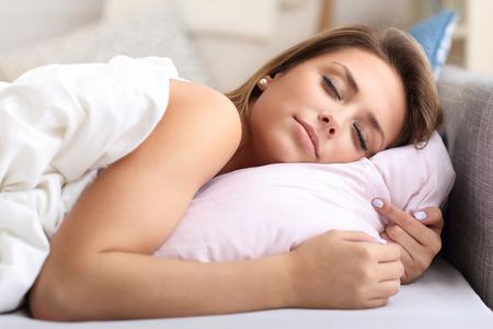 mujer en la cama: Imagen de la bella mujer durmiendo en la cama Foto de archivo