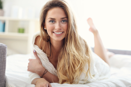 행복한 여자 집에서 휴식을 보여주는 사진