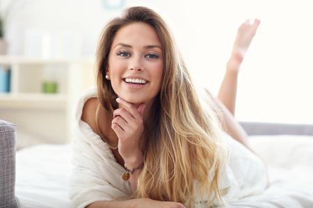 家でのんびり写真を示す幸せな女