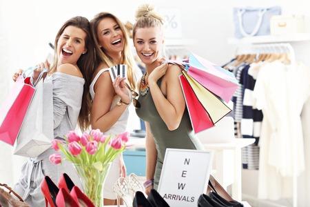 Grupa szczęśliwych przyjaciół zakupy w sklepie Zdjęcie Seryjne