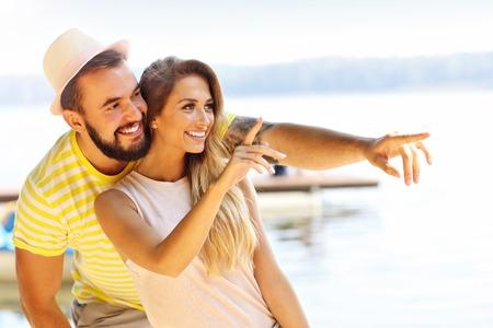 행복한 커플을 여름에 야외에서 재미
