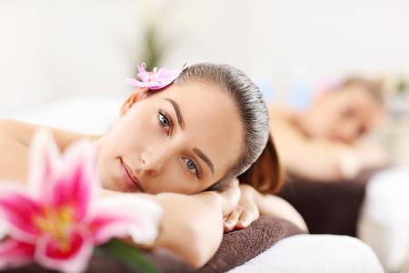 Deux belles femmes qui font du massage dans le spa Banque d'images