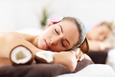 Twee mooie vrouwen die massage in kuuroord