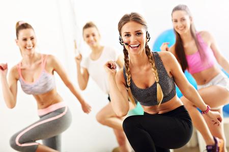 Grupa uśmiechniętych ludzi robi aerobik Zdjęcie Seryjne