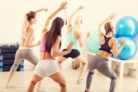 헬스 클럽에서 춤을 코치와 함께 행복 한 사람들의 그룹