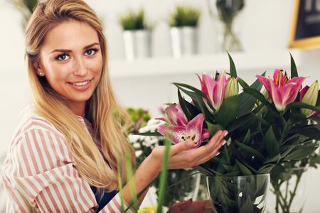 Female florist working in flower shop Stok Fotoğraf - 82817609