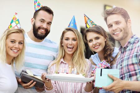 Grupo de amigos divirtiéndose en la fiesta de cumpleaños Foto de archivo - 83461299
