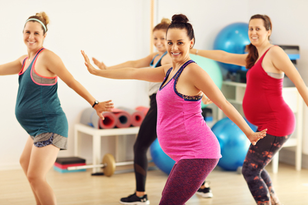 Groep zwangere vrouwen tijdens de fitnessklasse Stockfoto - 83867541
