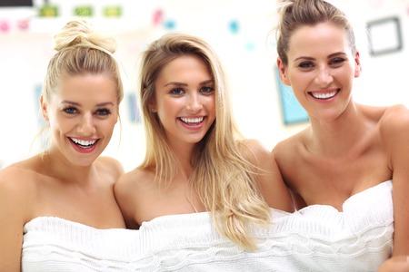 Três belas mulheres jovens em casa spa Foto de archivo