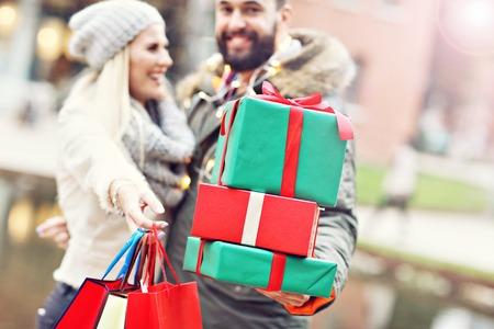 街にクリスマスの買い物のカップルの画像 写真素材