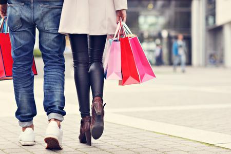 Happy couple shopping in the city Фото со стока - 87694477