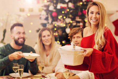 Gruppo di famiglia e amici che festeggiano la cena di Natale Archivio Fotografico - 88070637