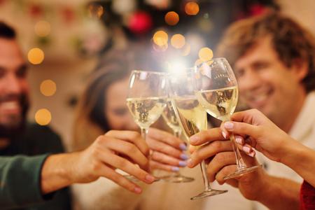 Gruppo di amici festeggiano il Natale a casa