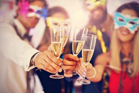 Obrazek pokazuje grupę przyjaciele ma zabawę przy przy przyjęciem Zdjęcie Seryjne