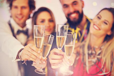 Imagen que muestra el grupo de amigos que se divierten con en la fiesta Foto de archivo - 88365746