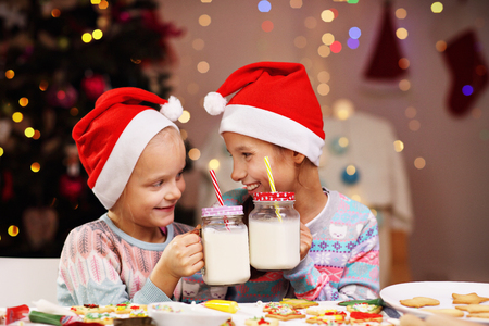 クリスマスビスケットを準備する幸せな小さな姉妹