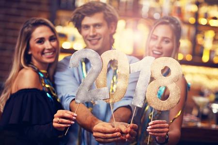 Groep Vrienden die van Drank in Bar genieten Stockfoto