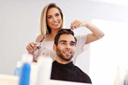 Erwachsener Mann im Friseursalon