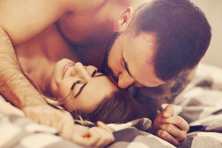 Seksowni młodzi kochankowie są intymni w łóżku Zdjęcie Seryjne