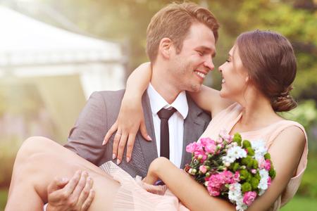 Mooi bruidspaar dat van huwelijk geniet