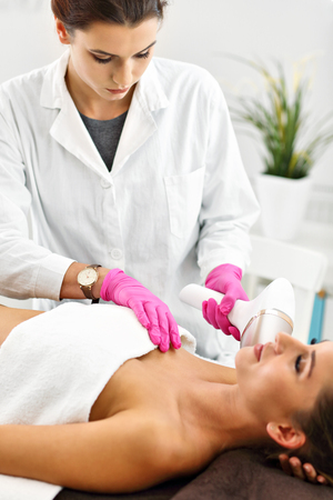 Adult woman having laser hair removal in professional beauty salon Stockfoto - 109013618