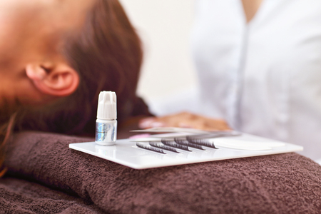 Adult woman having eyelash extension in professional beauty salon Zdjęcie Seryjne - 109013622