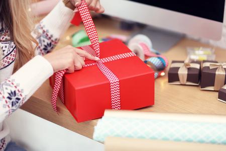 Volwassen vrouw thuis inwikkeling kerstcadeautjes