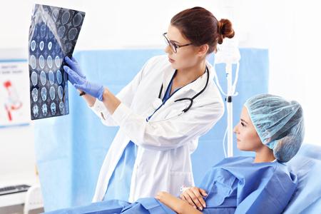 Vrouwelijke arts die voor de patiënt in het ziekenhuis zorgt