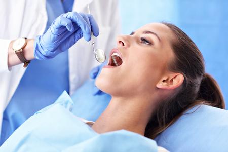 Donna adulta che ha una visita dal dentista Archivio Fotografico