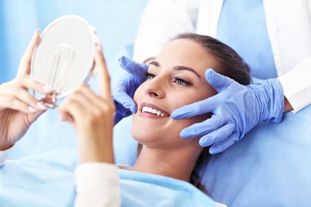 Mujer adulta con una visita a los dentistas Foto de archivo