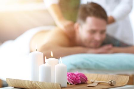 Handsome man having massage in spa salon Banque d'images