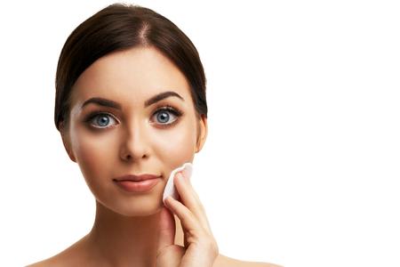 Mooie vrouw gezicht close-up studio op wit Stockfoto