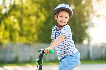 Feliz niño de 3 años divirtiéndose en bicicleta Foto de archivo
