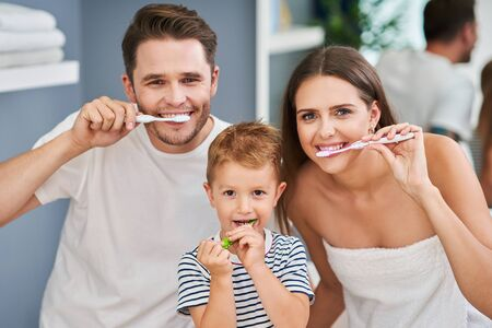 Portrait of happy family brushing teeth in the bathroom Stockfoto