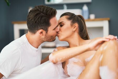 Romantic young couple enjoying and relaxing in the bathtub Stockfoto
